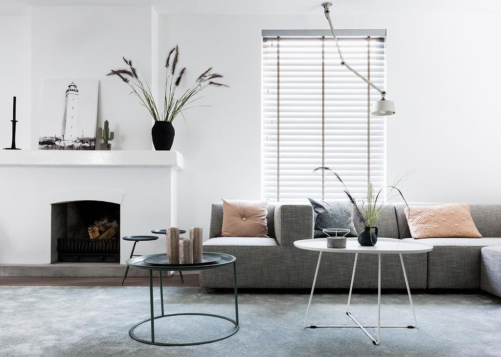 Weer verliefd op je huis: witte haard met grijze hoekbank