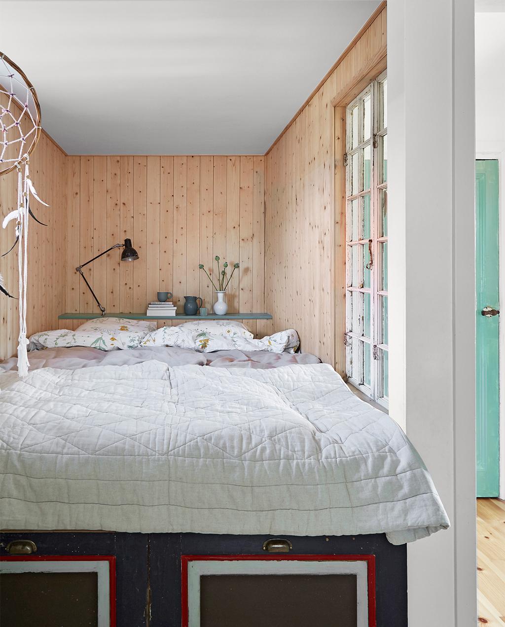 vtwonen special zomerhuizen 07-2021 | bedstee houten wand met opbergruimte eronder