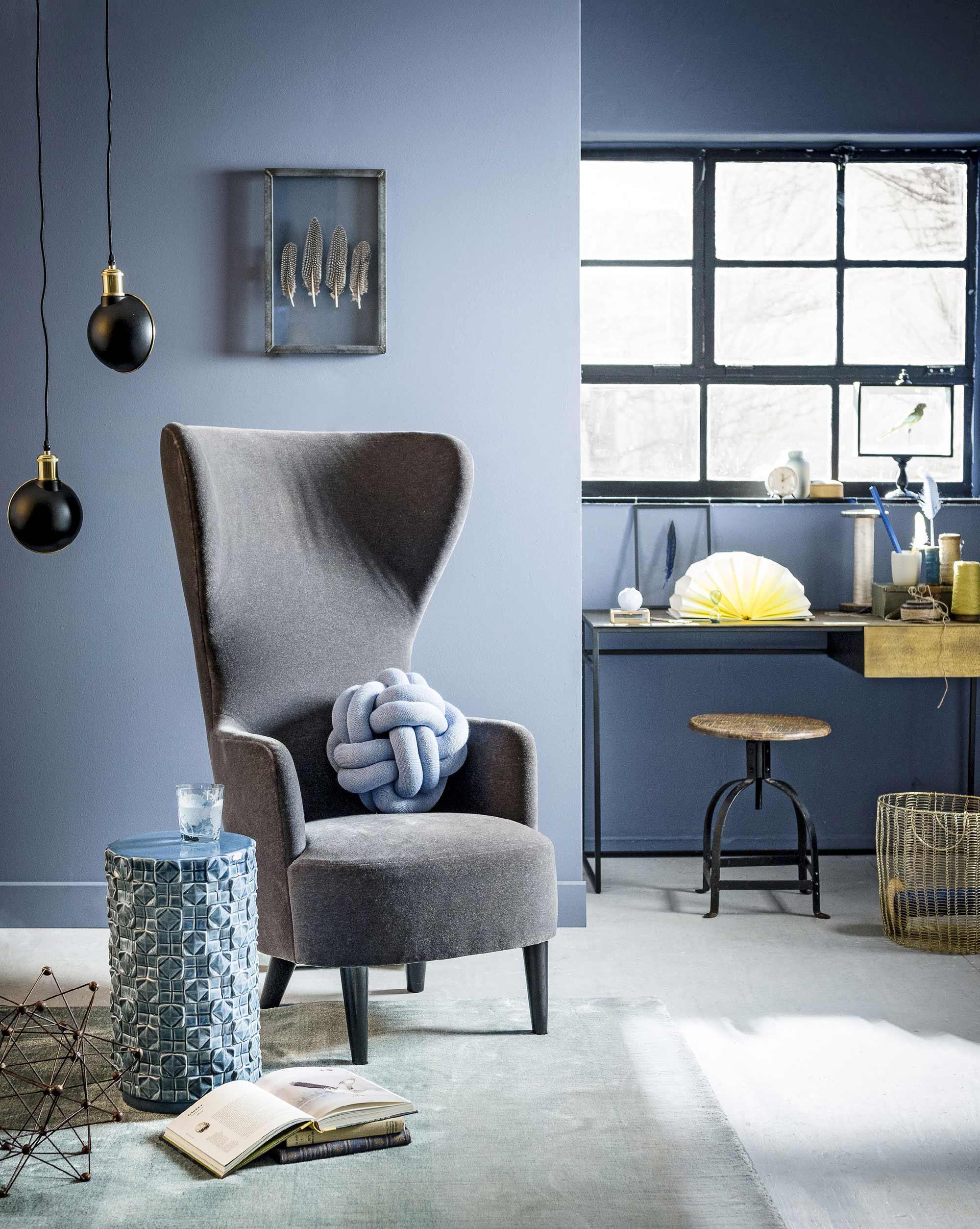 Blauw interieur met grijze velours stoel