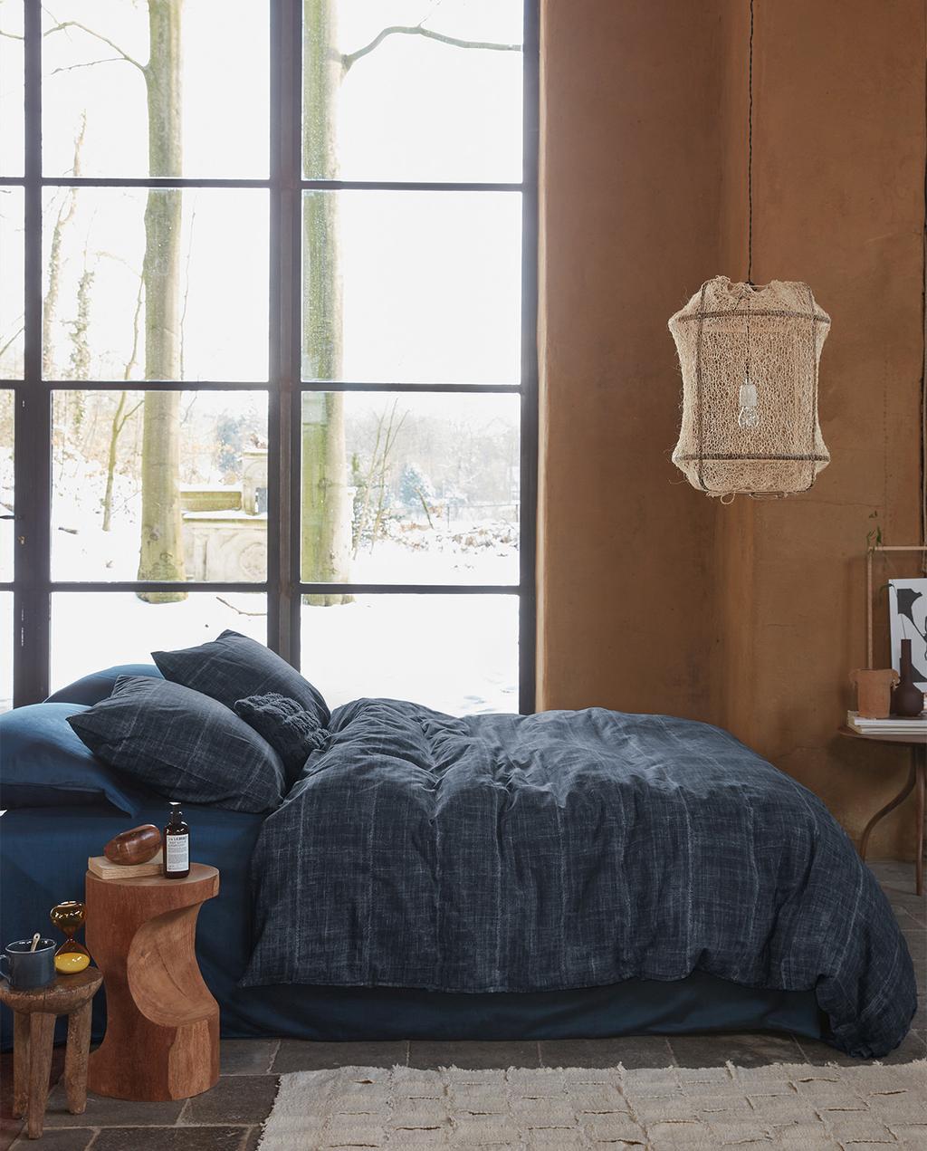 vtwonen 09-2021 | grote ramen in slaapkamer met dekbedovertrek