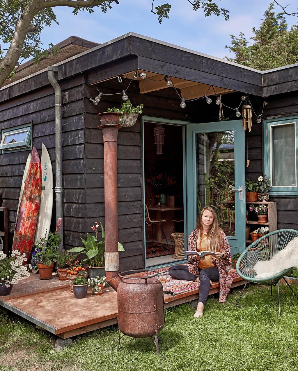 vtwonen binnenkijken special tiny houses | carmen die zit op de veranda van haar woning