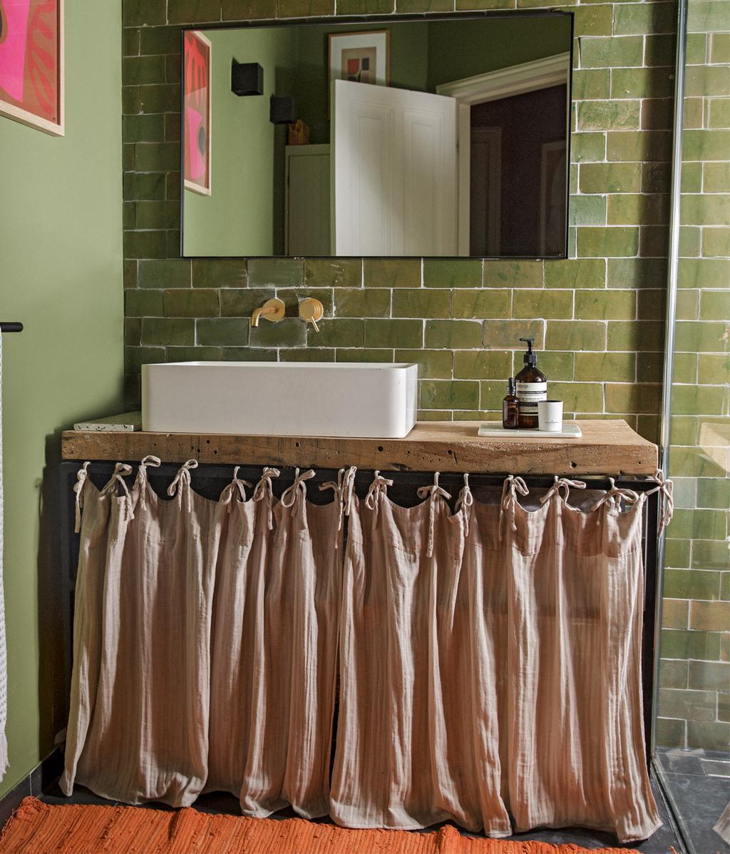 Badkamerkastje met gordijn | vtwonen 11-2020