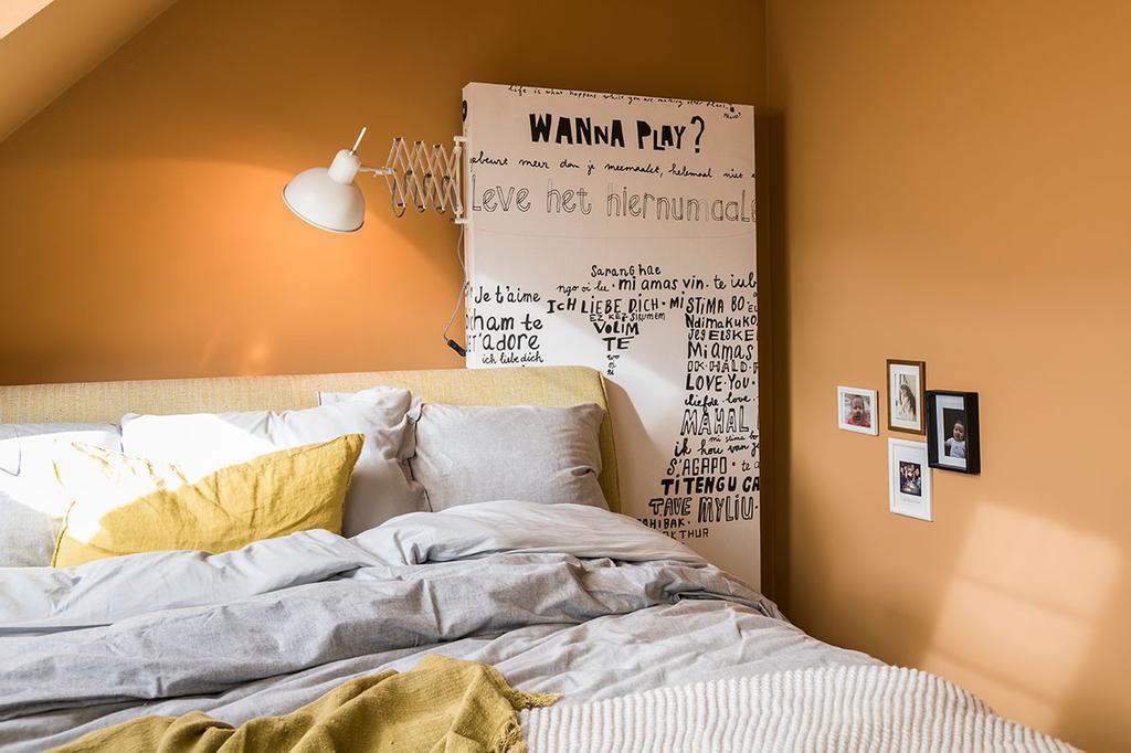 Het hoofdbord van het bed van Nathalie van Beter Bed uit de vierde aflevering van het tweede seizoen van 'Een frisse start met vtwonen'.