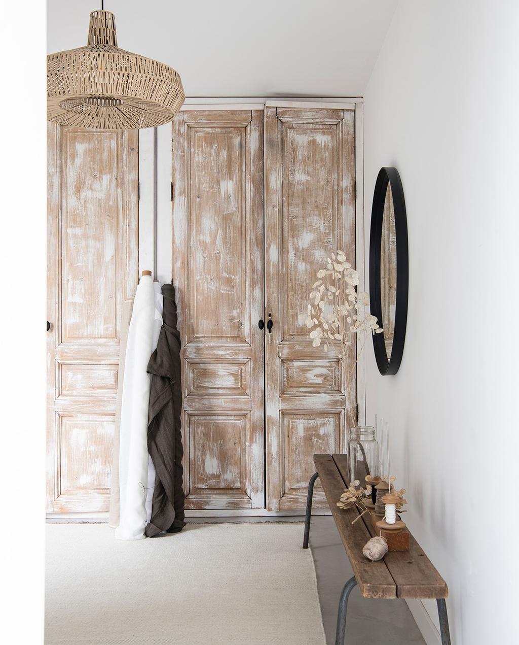 vtwonen 04-2021 | bruin en wit geverfde kastdeuren en webbing lamp
