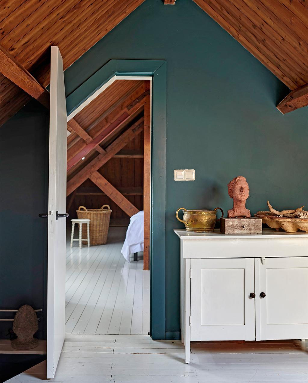 vtwonen 07-2021 | zolderkamer met groene muur en een hapje uit de deur