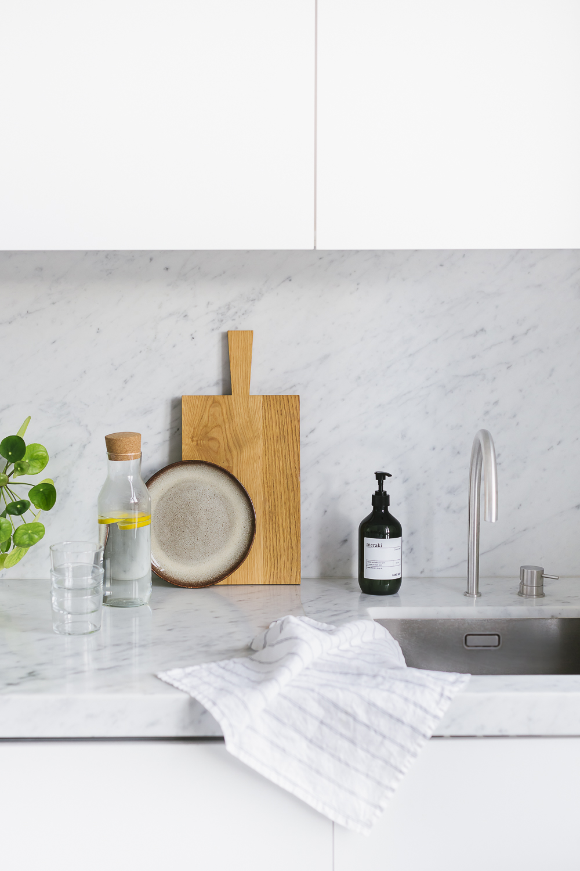 voorjaarshuis in keuken met plankje en wasbak