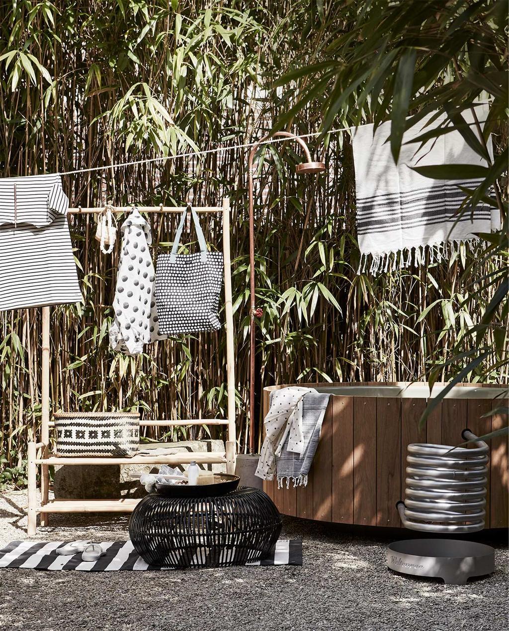 vtwonen zomerboek 08-2020 | tuin met een houten bad en wandrek, met zwart witte tuin decoratie items