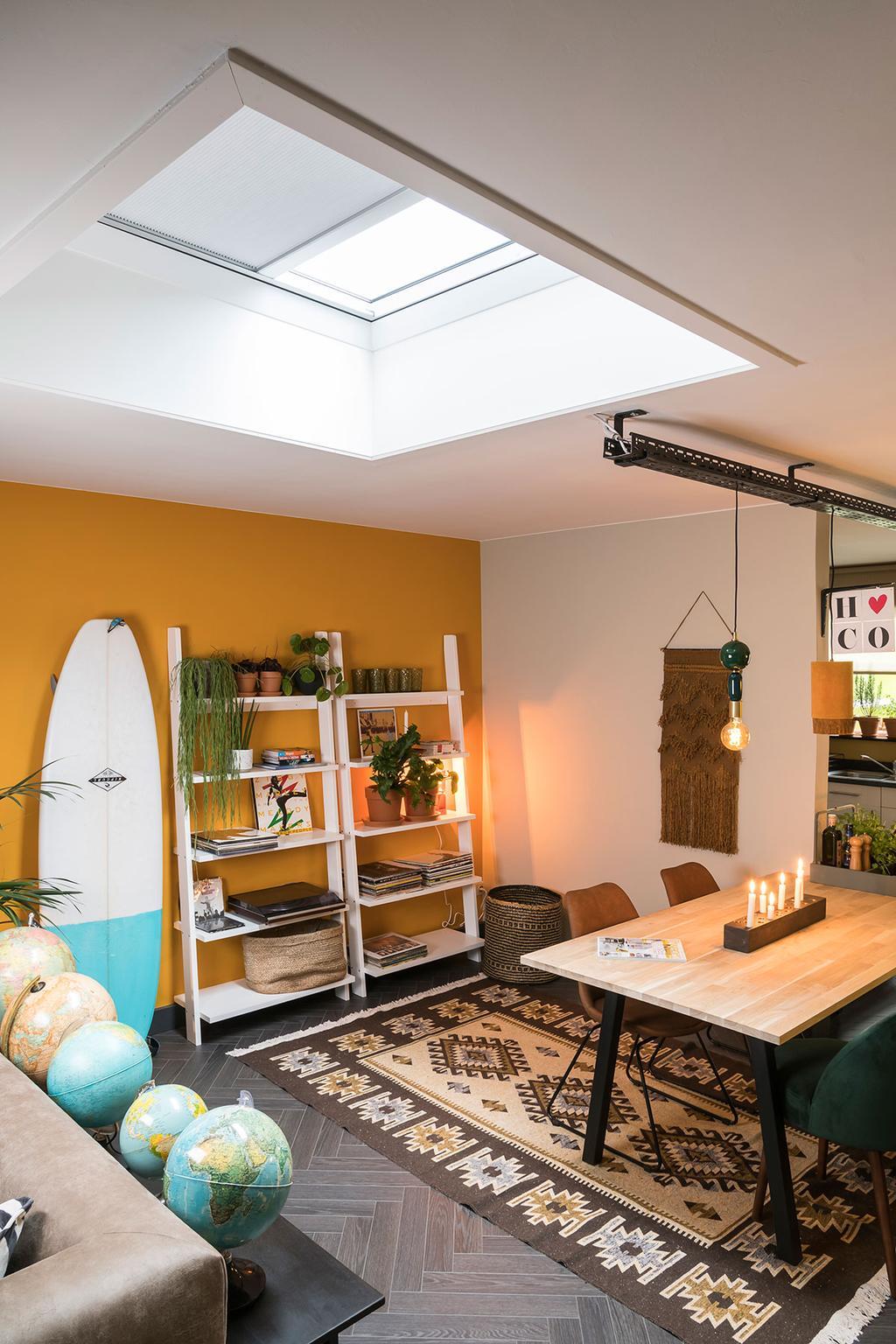 De leefruimte van Hanne met platdakvenster van Velux uit de zevende aflevering van het tweede seizoen van 'Een frisse start met vtwonen'.