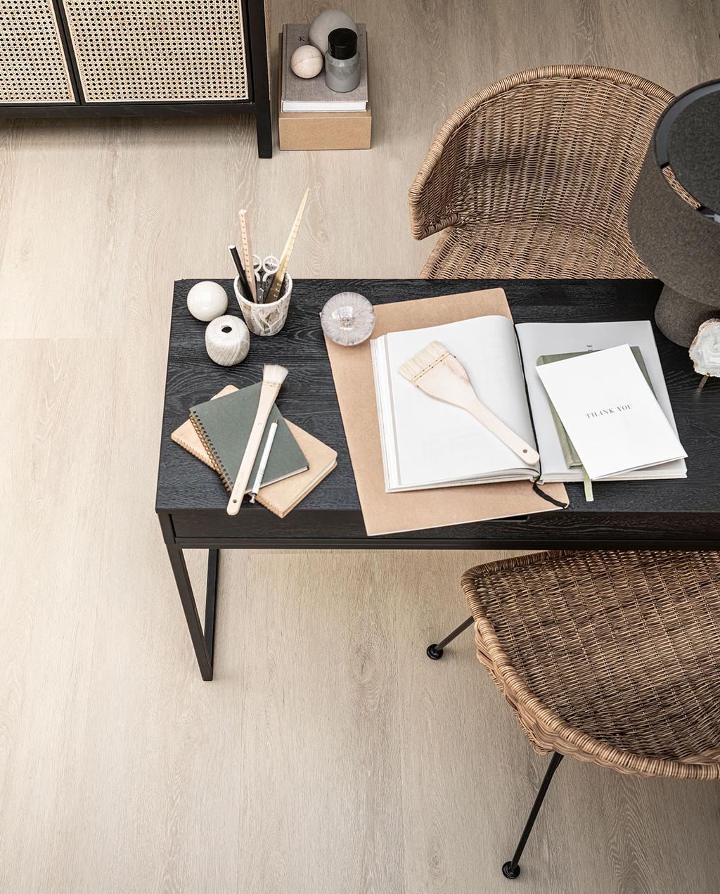 vtwonen 06-2021 | pvc vloer die lijkt op hout met een zwarte tafel