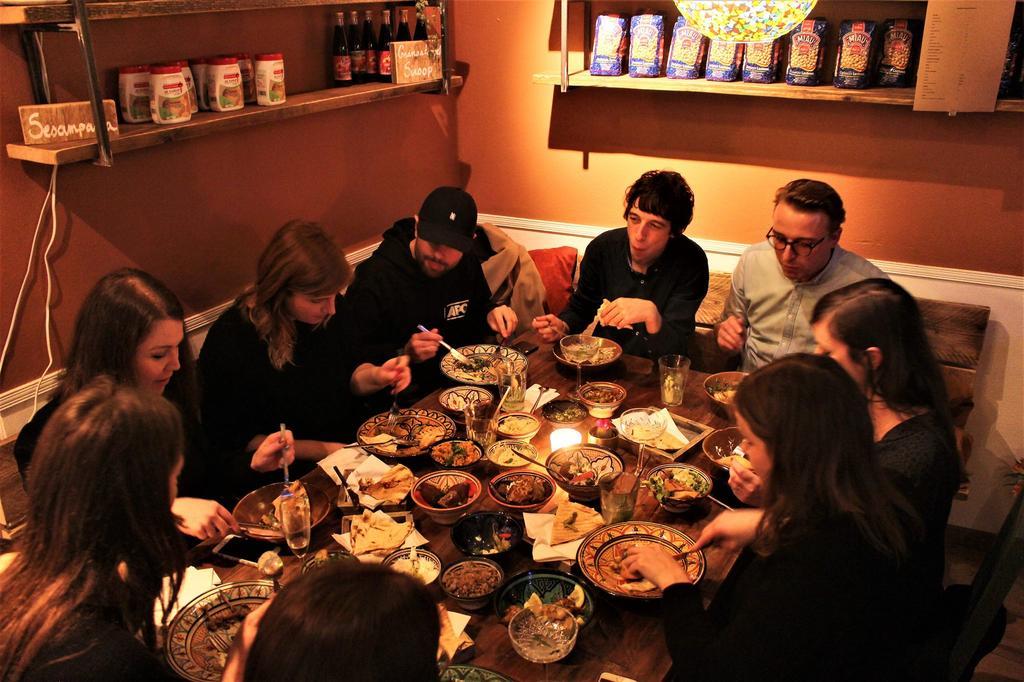Gezellig samen tafelen met Libanees eten in Yalla Yalla Beirut Streetfood in Gent