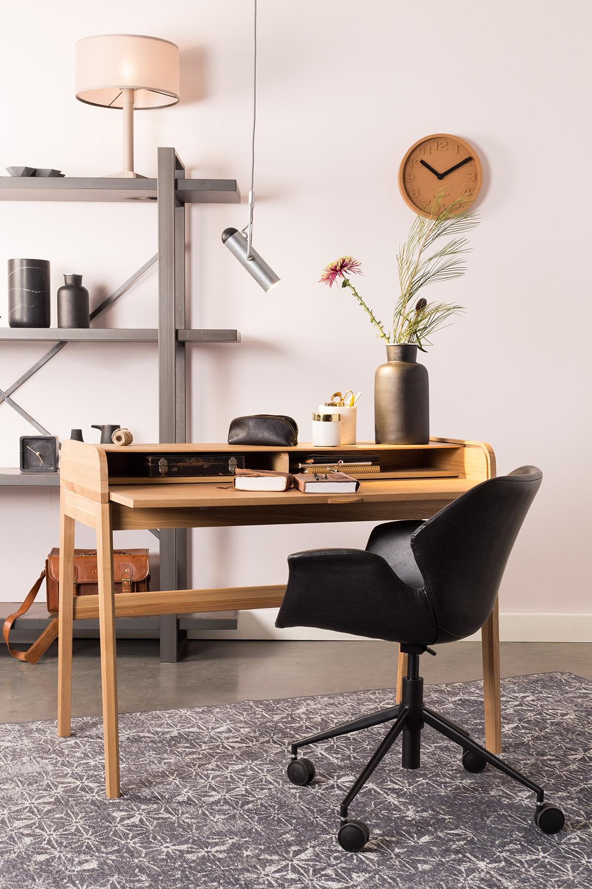 thuiswerkplek met zwarte bureaustoel