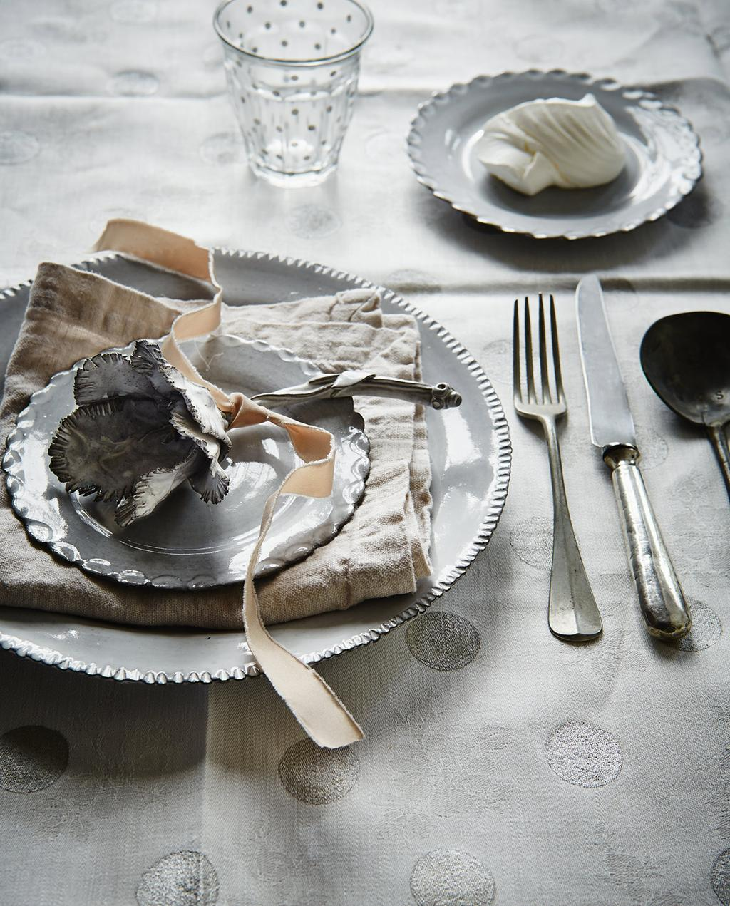 vtwonen 12-2013 | opgemaakt feestelijk bord met aardetinten pasen