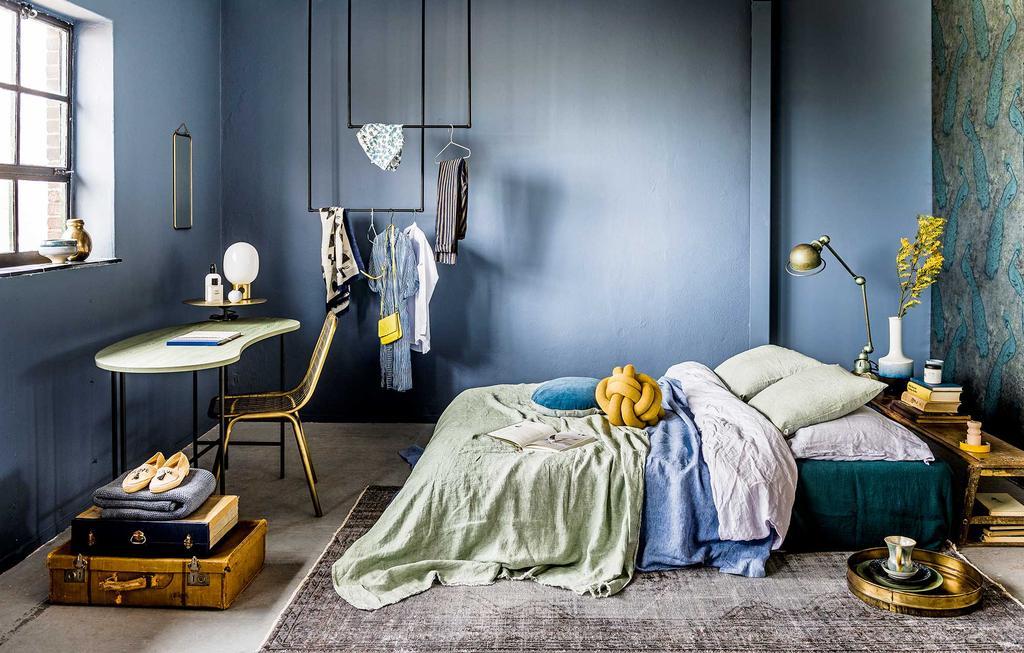Blauw interieur in de slaapkamer met gele accenten