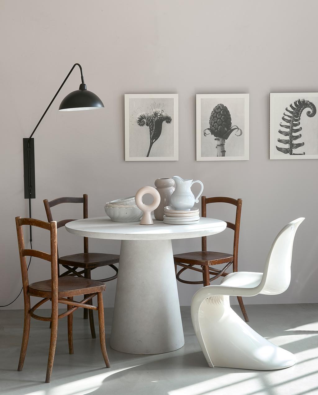 vtwonen 06-2021   witte ronde tafel met houten stoelen en witte zitstoel