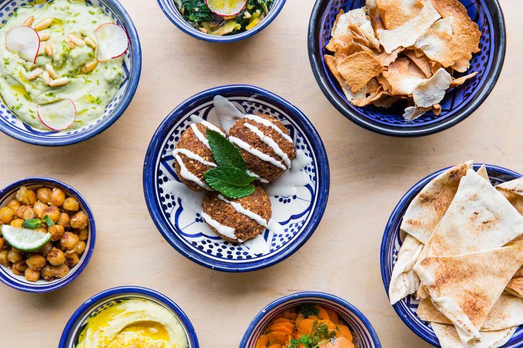 restaurant semsom tafel met kleurrijke bordjes en libanees eten