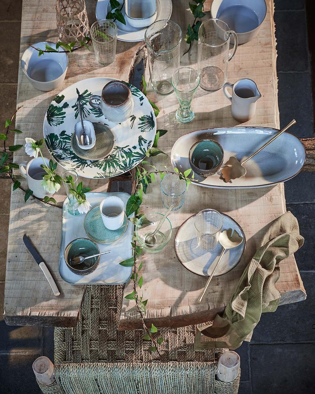Buiten eten aan een houten tuintafel