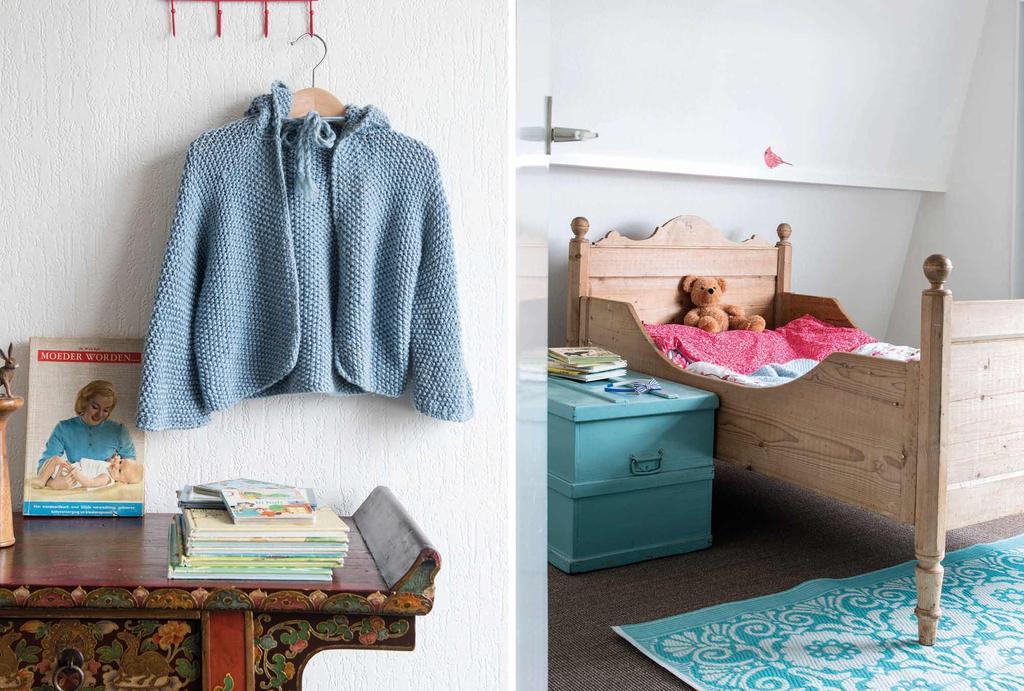 Kinderkamer met houten bed