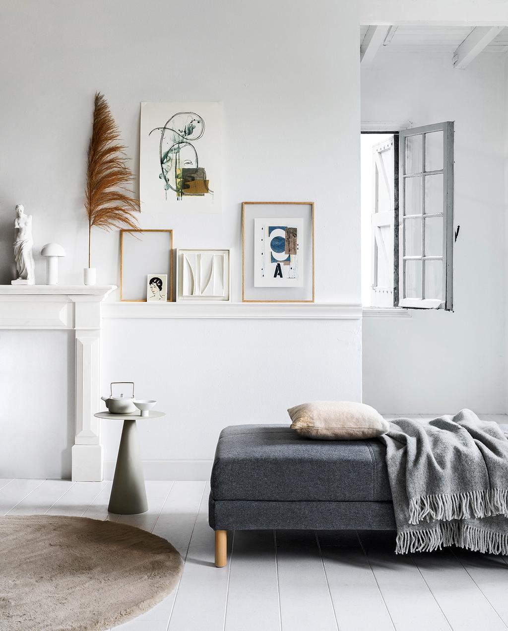 vtwonen 2020-03 | Scandinavische woonkamer met betaalbare posters aan de wand en een grijze bank