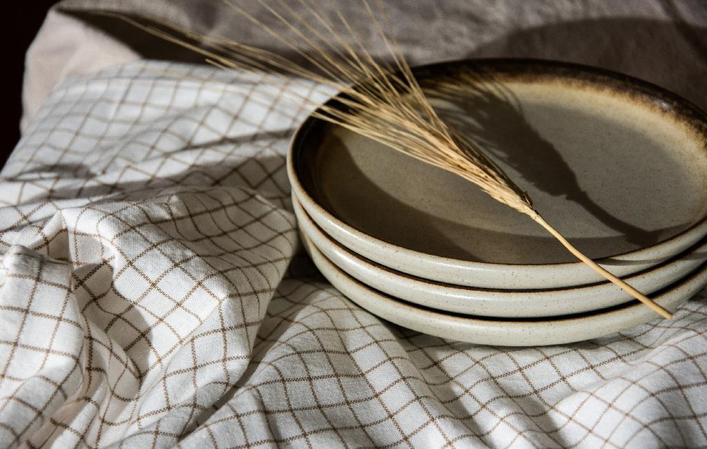 vtwonen blog rachel terpstra | liefde voor keramiek stapel borden op geblokt tafelkleed