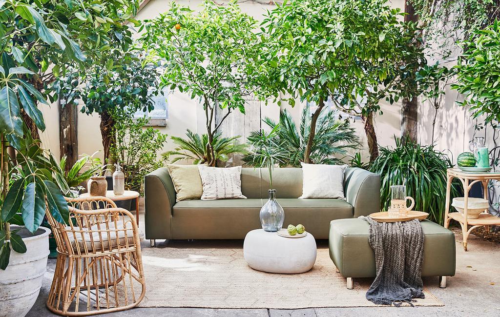 vtwonen 05-2021 | groene buitenbank op vloerkleed en rotan stoel
