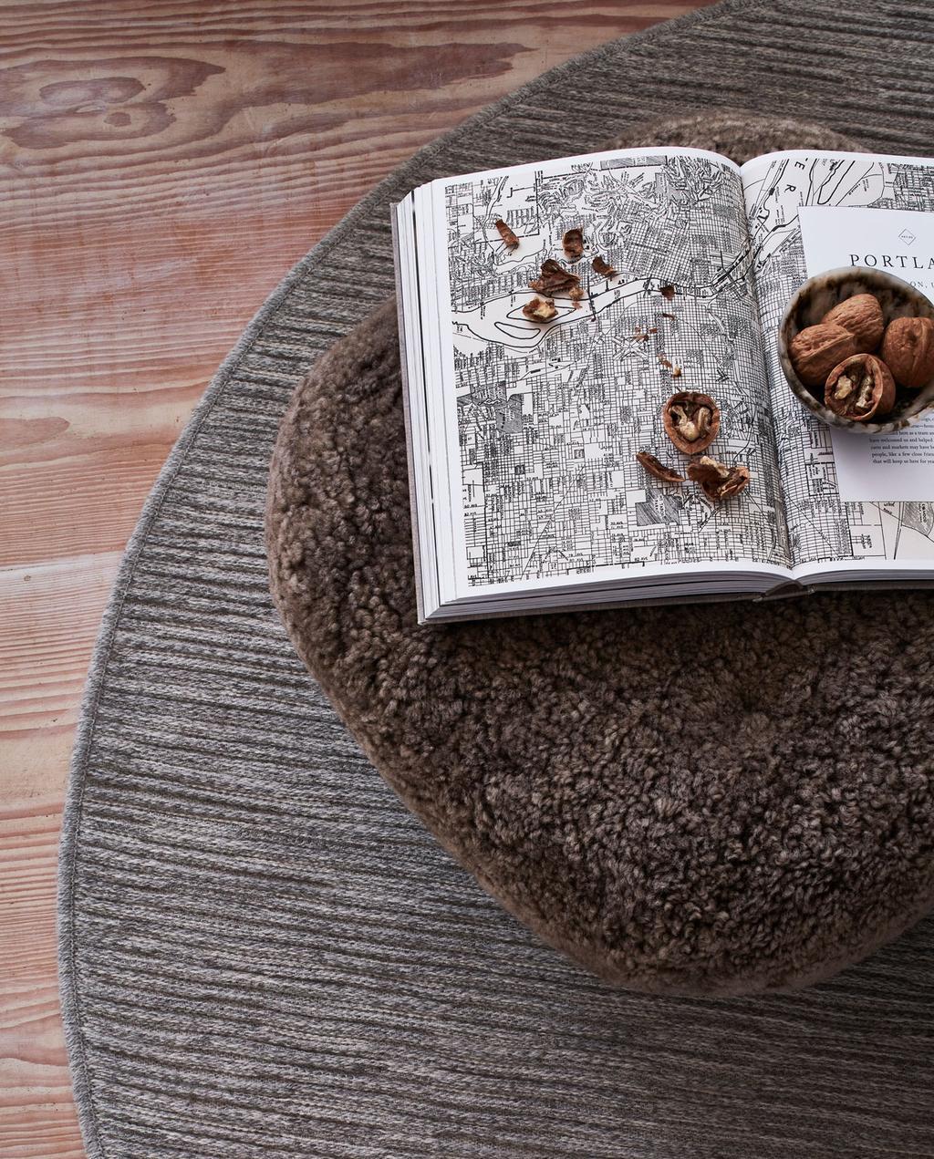 vtwonen 10-2021   bruin rond tapijt met teddy poef