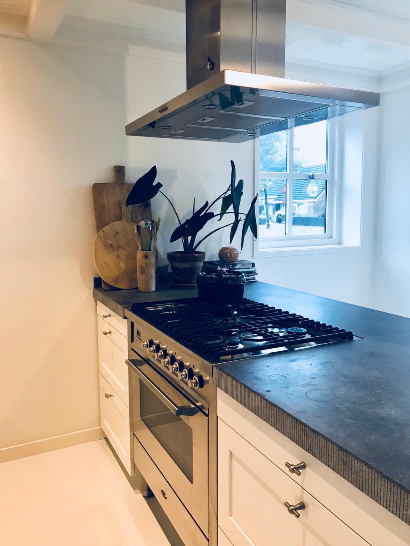 het-fornuis-en-oven-is-van-boretti-het-is-een-keuken-met-echt-pure-materialen-voor-een-heel-zacht-prijsje