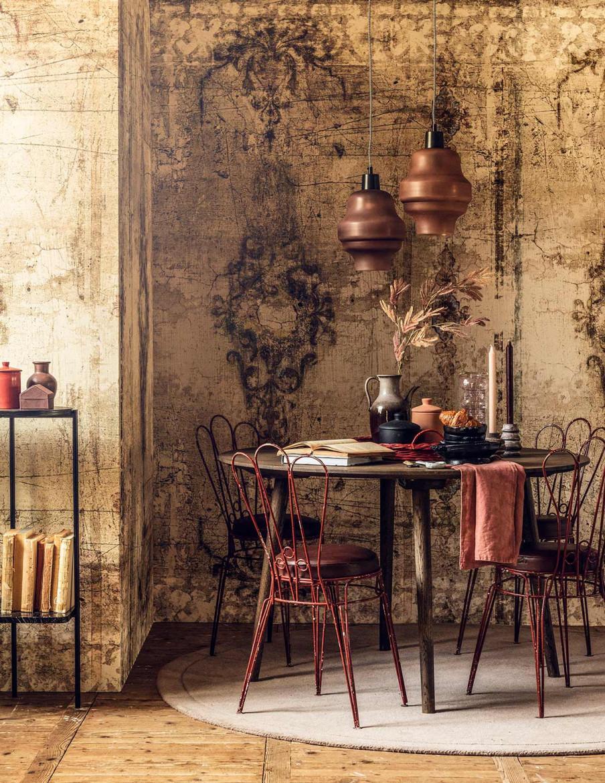 Table ronde avec chaises metalliques.