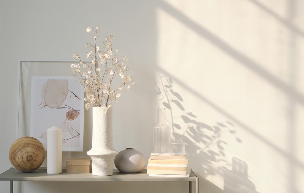 vtwonen 04-2021 | witte vaas met bloemen en andere ornamenten