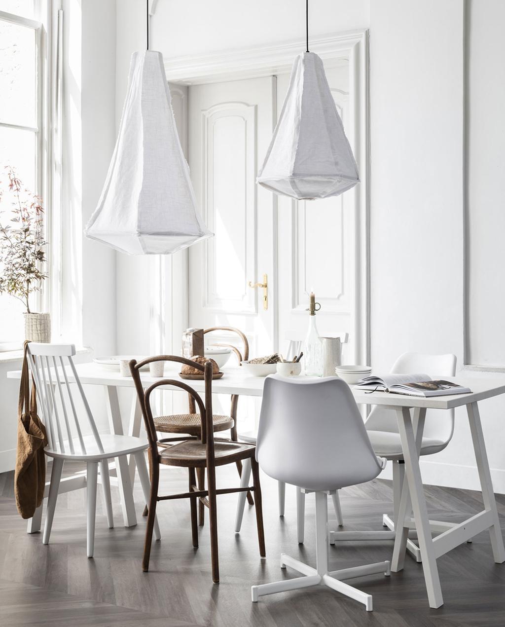 vtwonen feestkalender 2019 |  witte tafels met witte en bruine stoelen