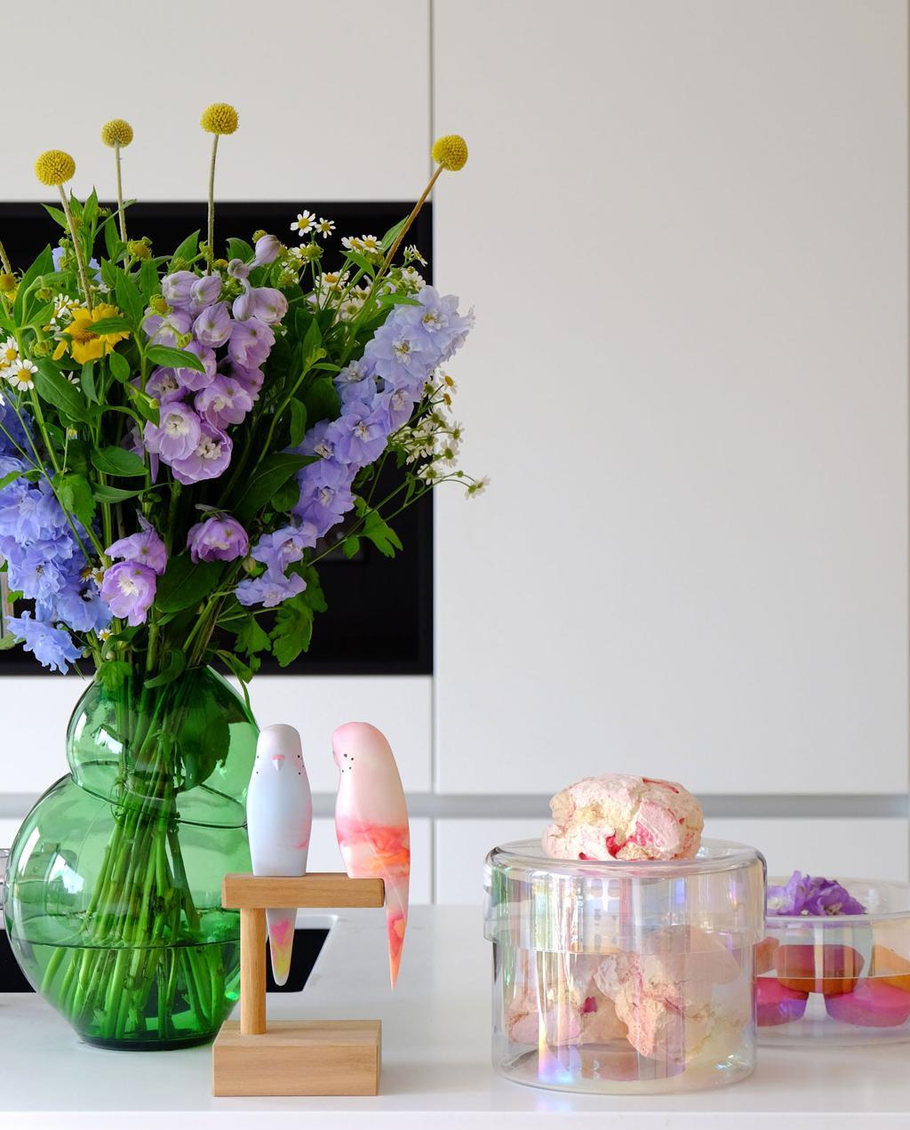 vtwonen | Puik Designer Blog keuken met groene vaas met bloemen