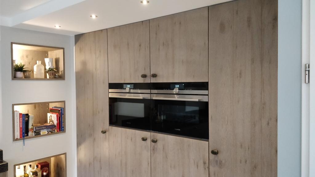 kastenwand-herbergt-2-ovens-gril-bakoven-en-gril-magnetron-over-de-totale-van-de-hoogte-bevindt-zich-links-een-volledige-vrieskast-en-rechts-een-koelkast-altijd-al-een-wens-geweest-om-een-grote-vriesladekast-en-een-ruime-koelkast-te-hebben