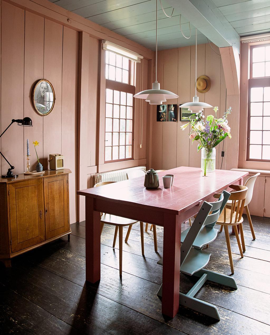 vtwonen 05-2021 | kleurrijk familiehuis met stoelen en roze wanden