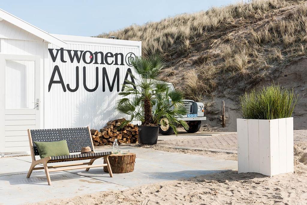 Gevel van vtwonen@ajumabeach aan de Nederlandse kust