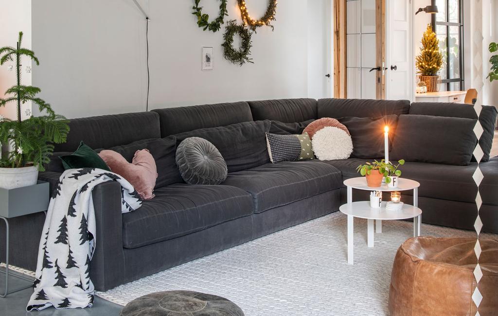 vtwonen 12-2019 | Binnenkijken in een vrijstaand huis in Geleen woonkamer kerst zithoek