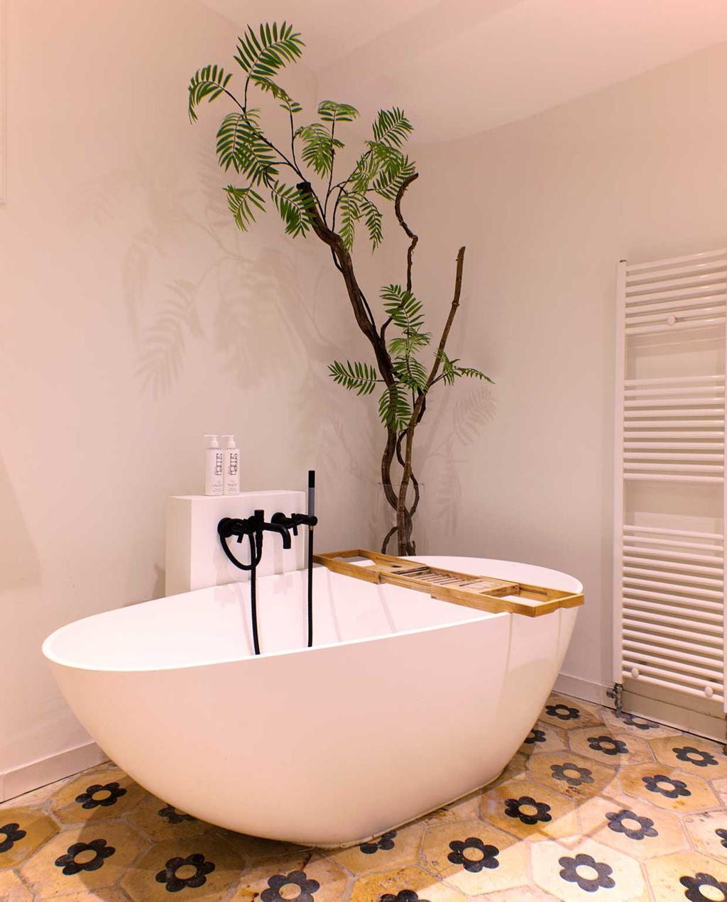 vtwonen binnenkijkspecial 12 | binnenkijken in een herenhuis met een mix van klassiek en design | badkamer