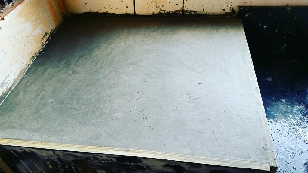ons-betonnen-aanrecht-net-gegoten-aan-het-uitharden-wachtend-om-gepolierd-te-worden