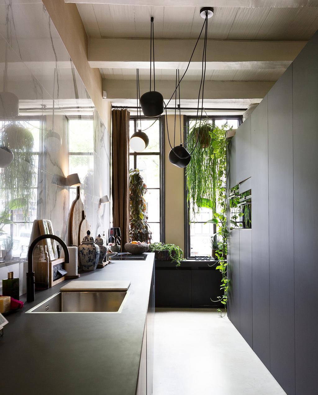 vtwonen 1-2020 | Binnenkijker in een grachtenpand in Delft zwarte keuken