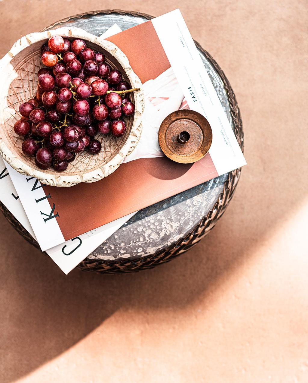 vtwonen 03-2021 | druiven op tafel met buitentegels