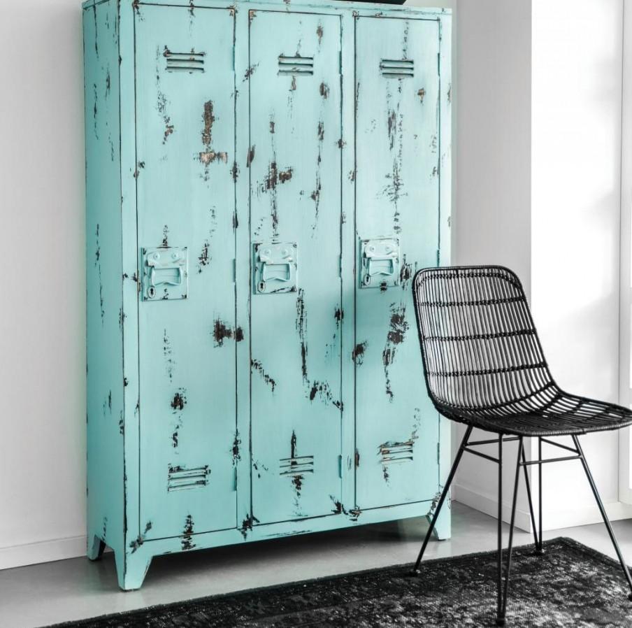Blauwe rustieke lockerkast met zwarte stoel.