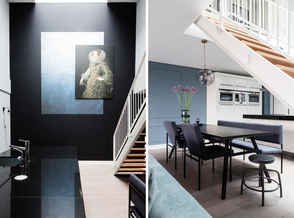 Eethoek met blauwe muur en witte keuken
