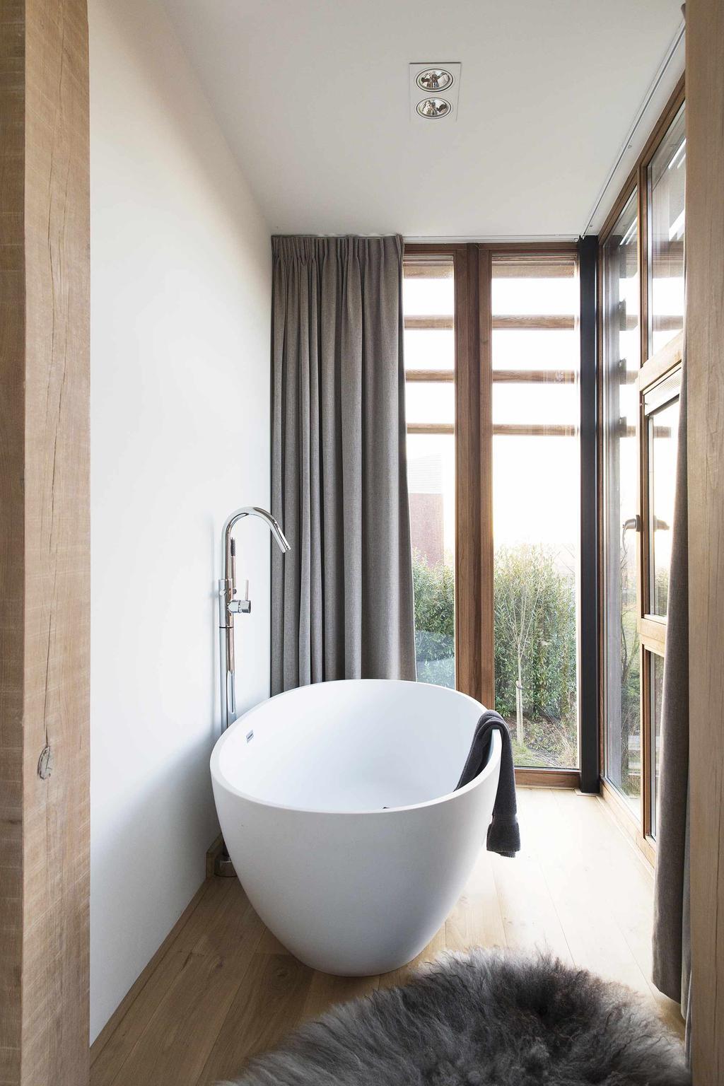 Wit vrijstaand bad in lichte ruimte