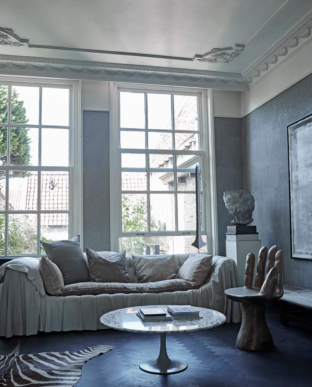 vtwonen 02-2021 | zwart wit interieur bank met stoel van hand