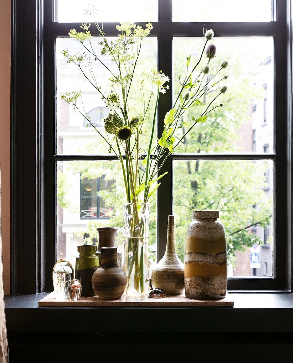 raamkozijn gedecoreerd met bloemen in vazen