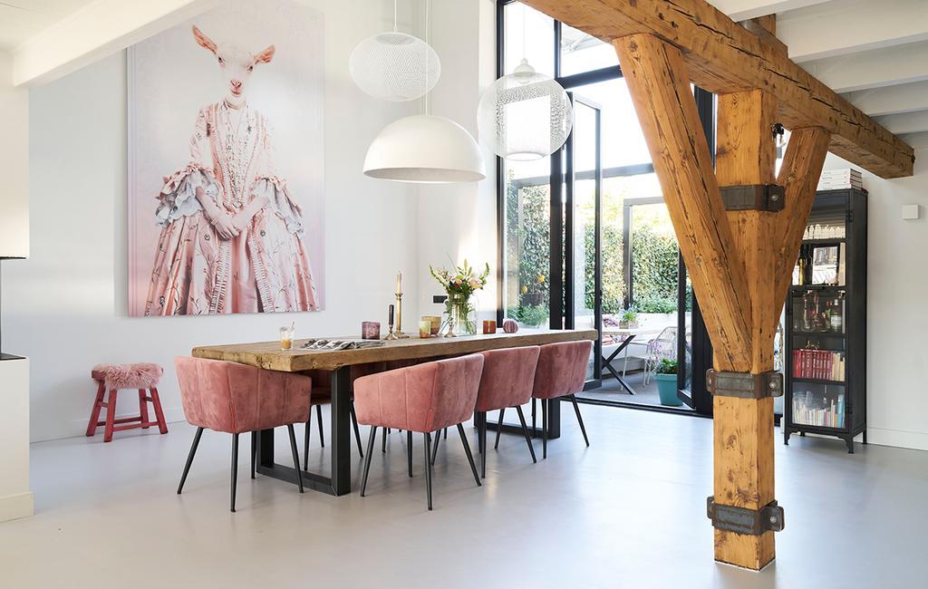 vtwonen 08-2020 | binnenkijken Arnhem houten eettafel met velvet roze eetkamerstoelen