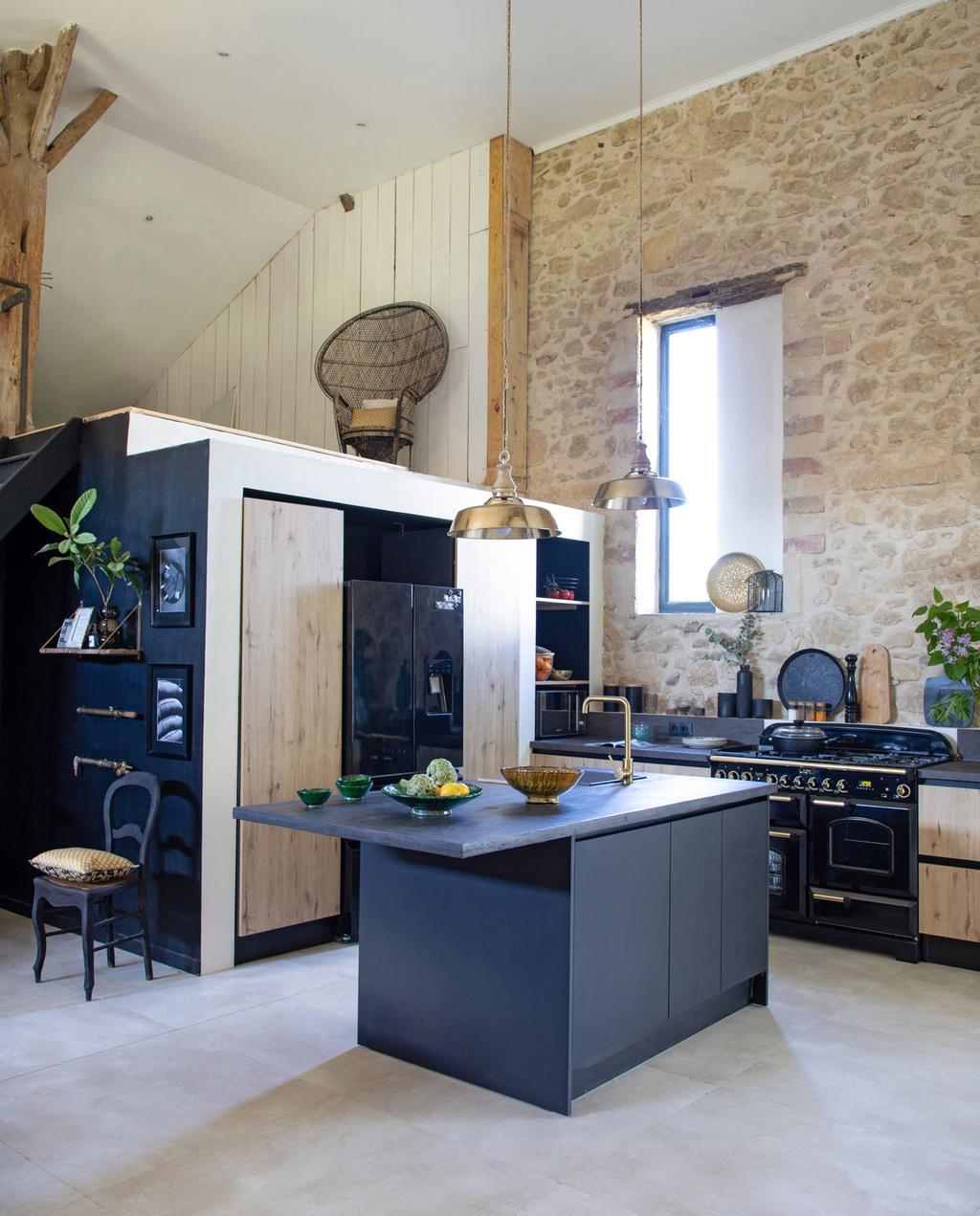 vtwonen 05-2021 | zwarte keuken met oude stenen muur