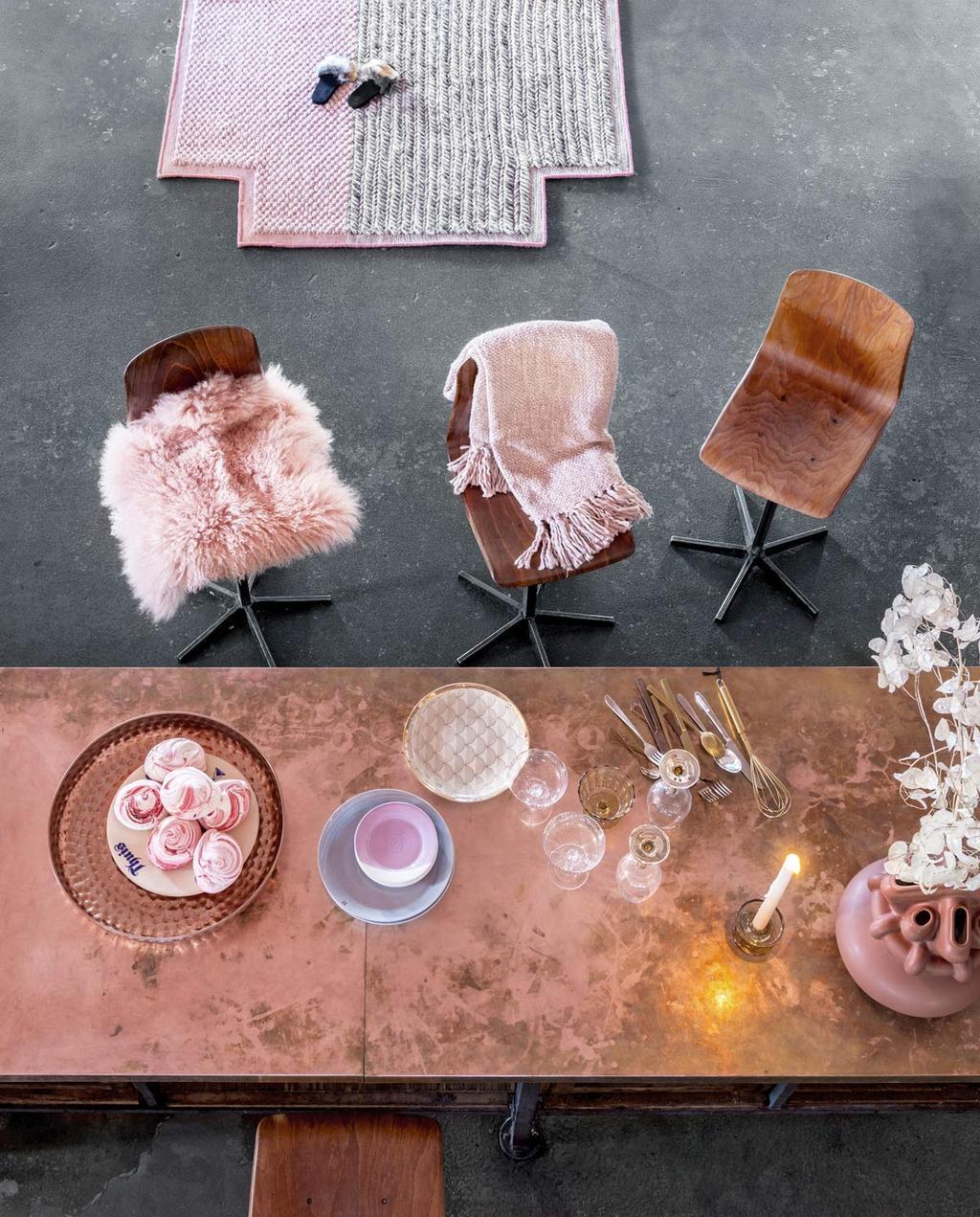 Borrelen aan een koperen tafel met zachte, roze accessoires.