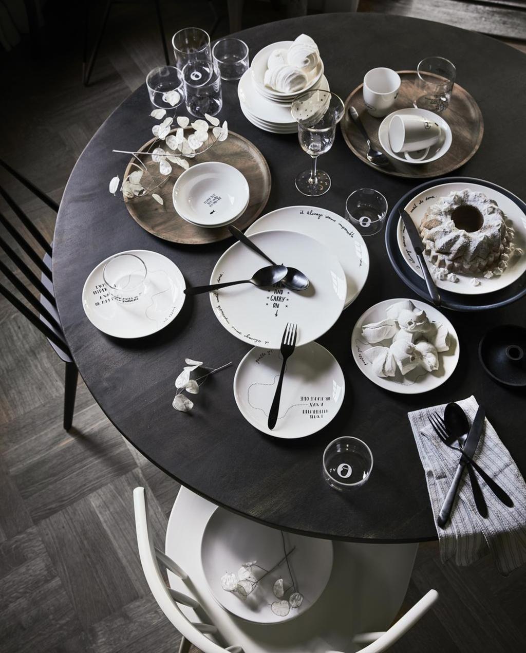 Een witte serviesset op een zwarte tafel
