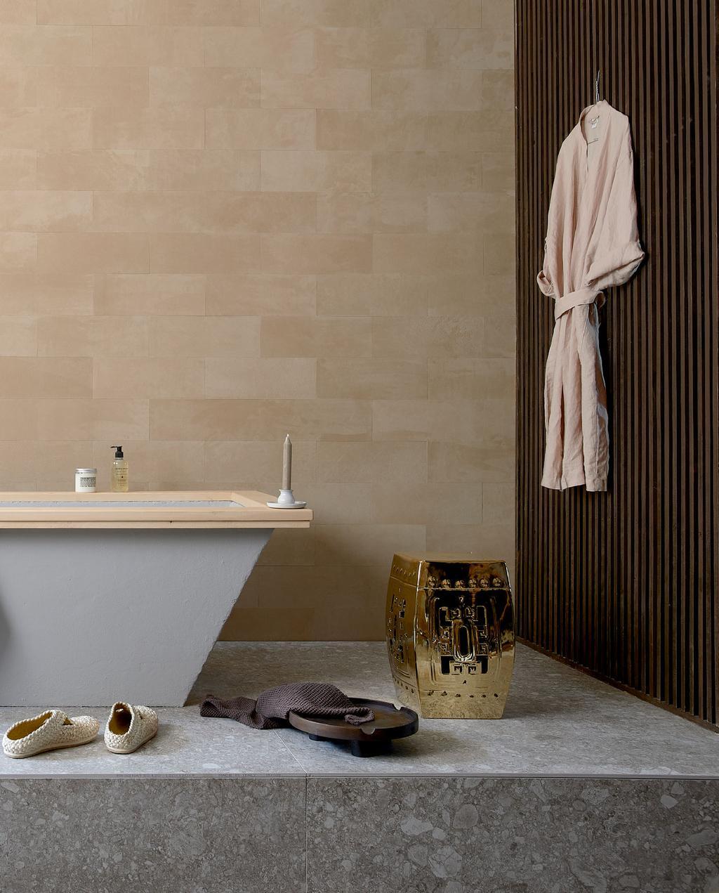 vtwonen 10-2020 | trendhuis fietje japandi badkamer leertegels betonnen bad