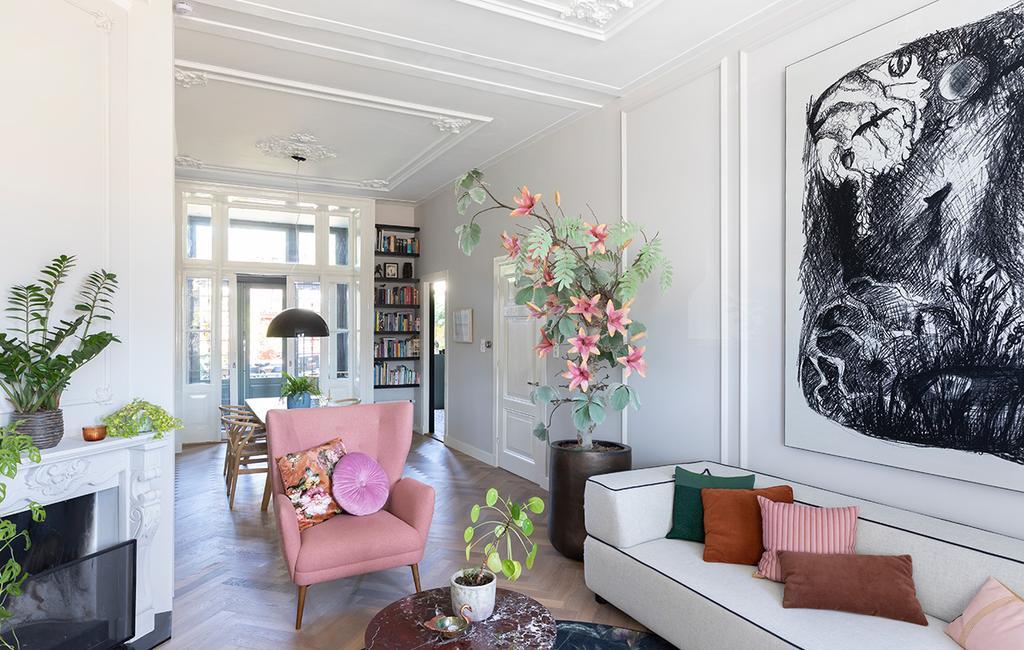 vtwonen 01-2021 | binnenkijken bij interior junkie woonkamer met roze boom en stoel