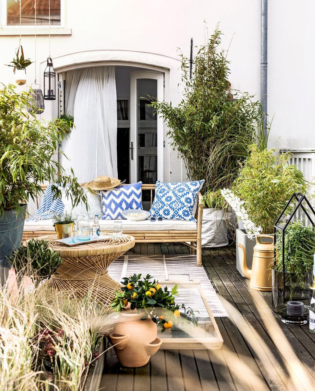2016-05 vtwonen | tuin terras bankje met blauwe kussens